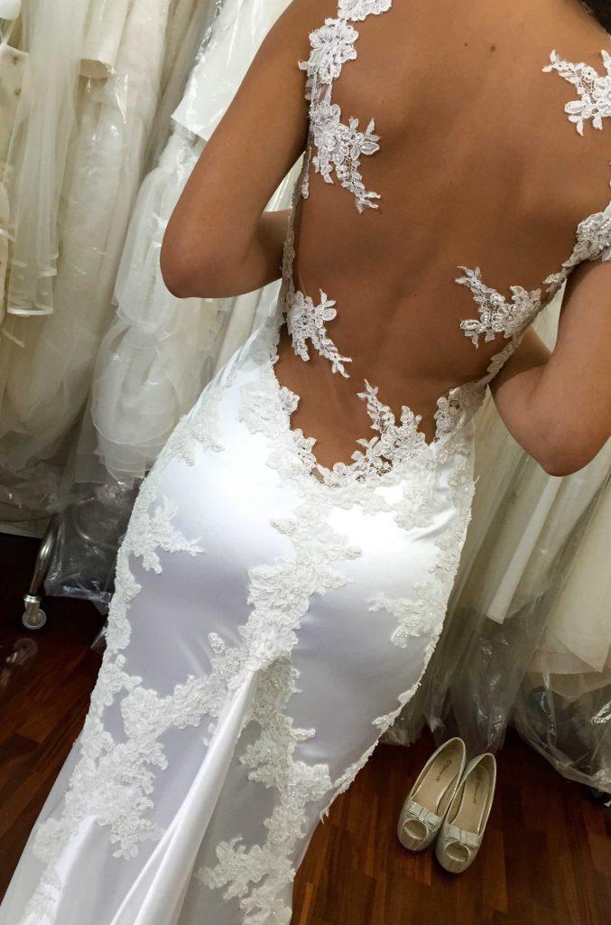 abito da sposa a sirena scollato sulla schiena