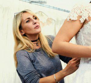 Elena Barba nelle prove degli abiti da sposa