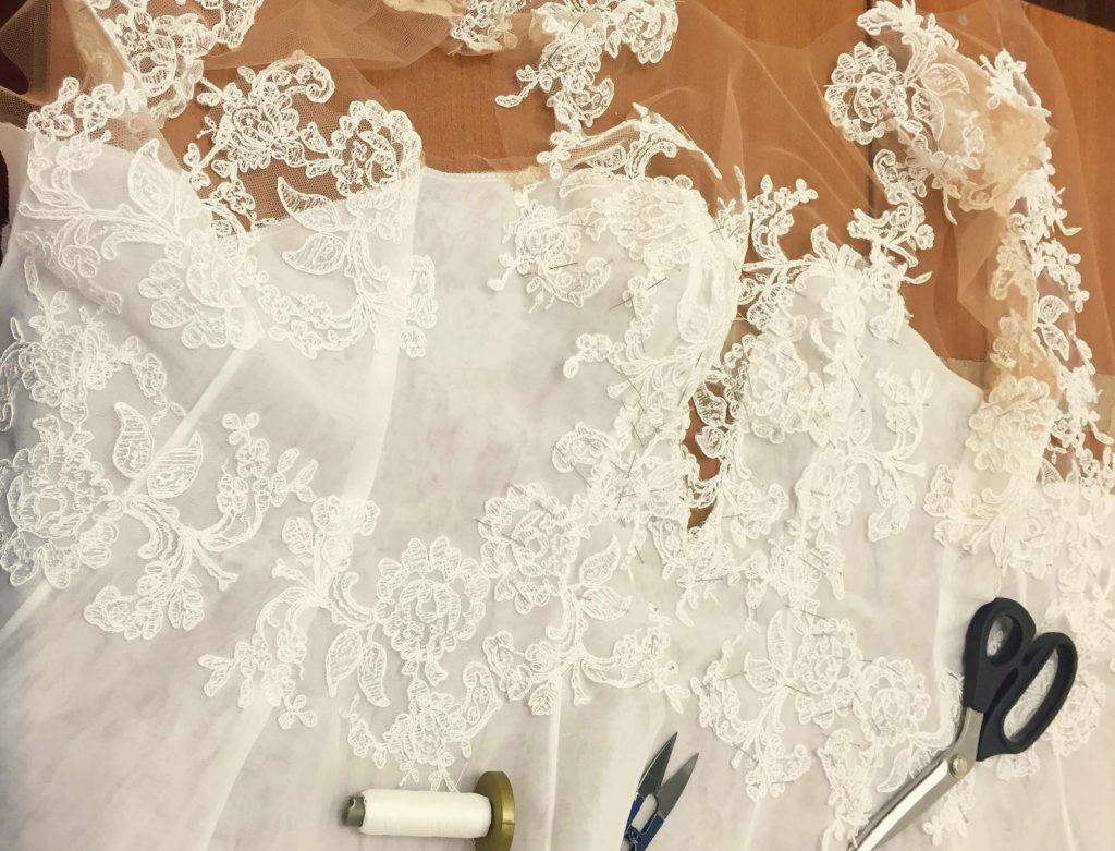 Modificare le basi e la scollatura dell'abito da sposa