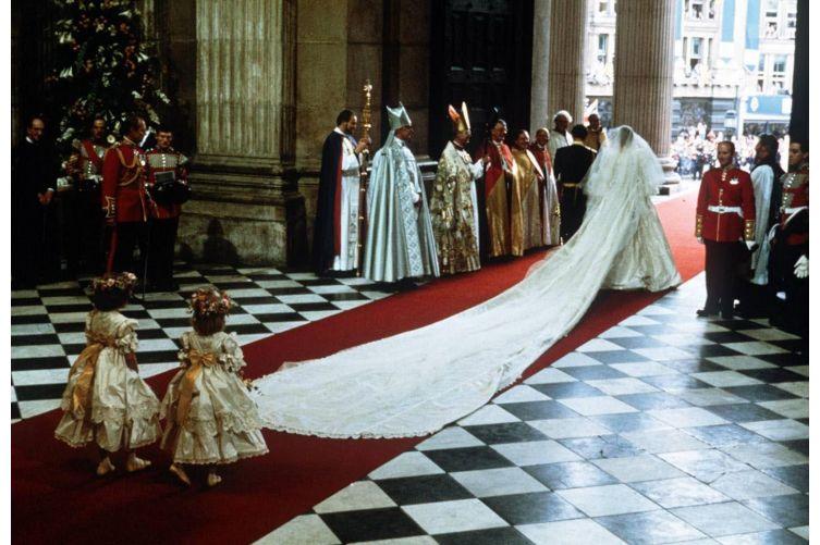 la lunga coda del vestito da sposa di Lady Diana