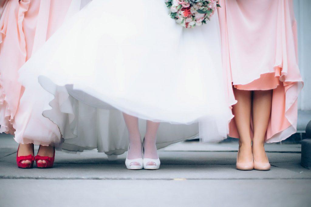 le scarpe per l'abito da sposa corto