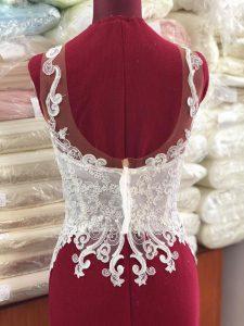 l'abito da sposa con la scollatura profonda sulla schiena
